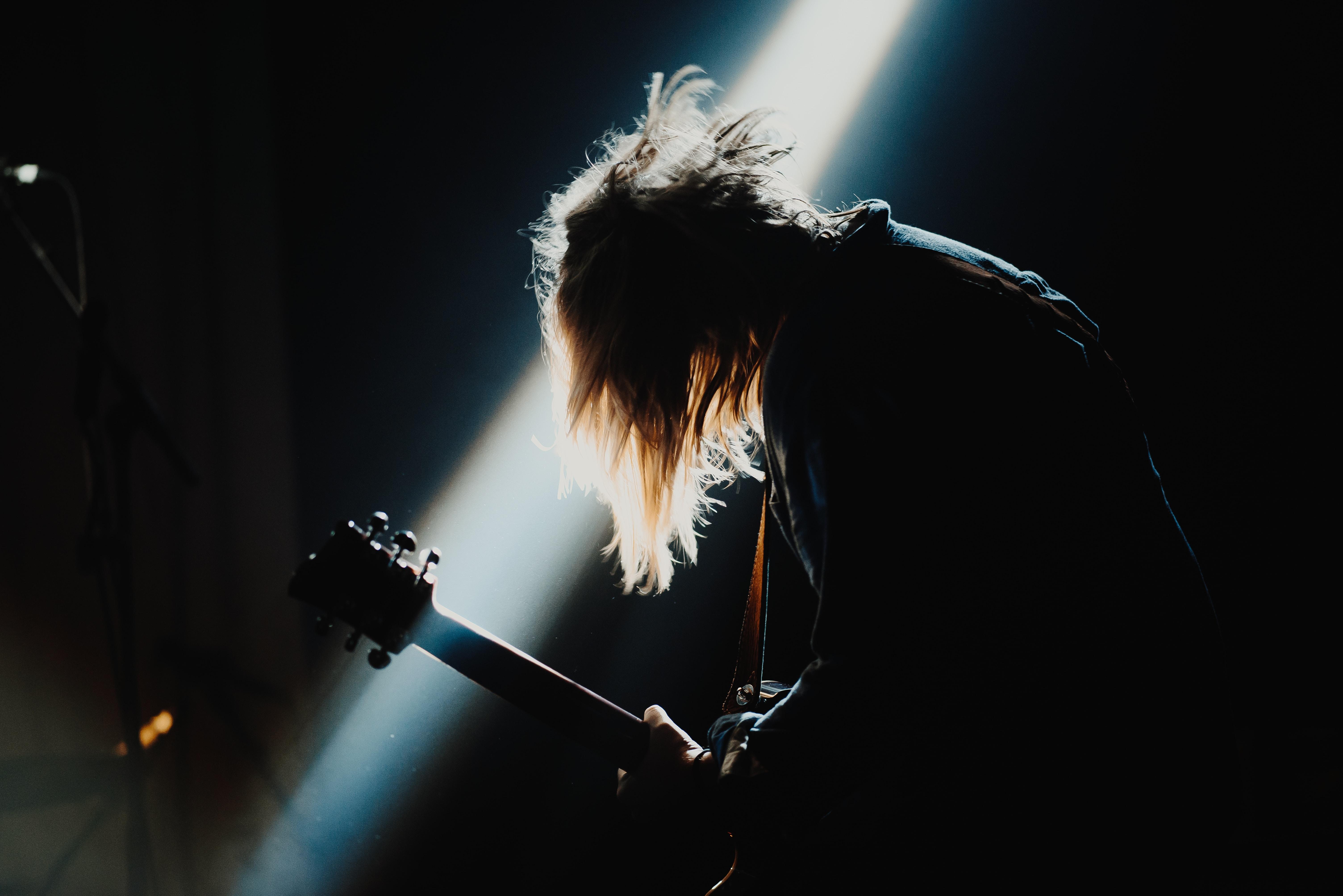 Rock sujeto con guitarra muerte del rock